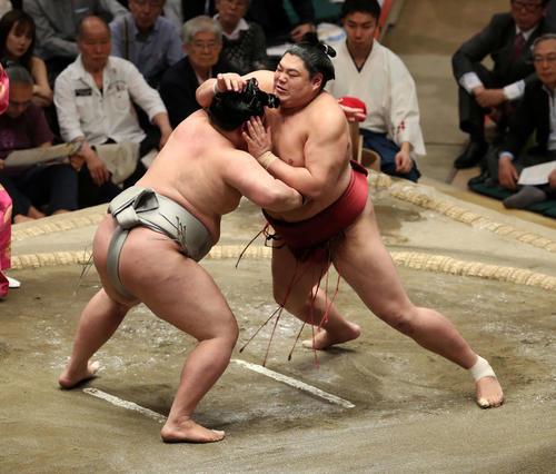 明生(左)を激しく攻める阿炎(撮影・鈴木正人)