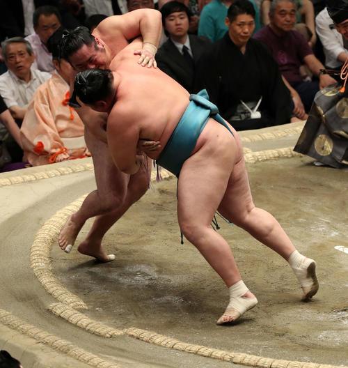 琴恵光(左)を寄り切りで破る玉鷲(撮影・鈴木正人)
