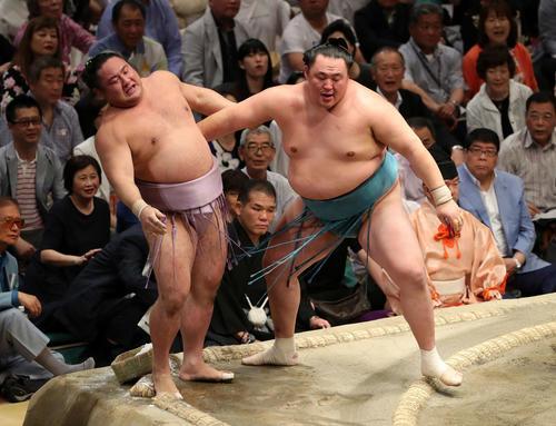 琴恵光(左)を寄り切りで破った玉鷲(撮影・鈴木正人)