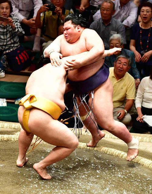 遠藤(左)は寄り切りで遠藤を下す(撮影・小沢裕)