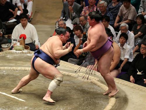 嘉風(右)を押し出しで破る北勝富士(撮影・鈴木正人)