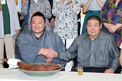 優勝を決め高砂親方(右)と握手する朝乃山(撮影・鈴木正人)