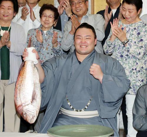 優勝を決め鯛を持つ朝乃山(撮影・鈴木正人)
