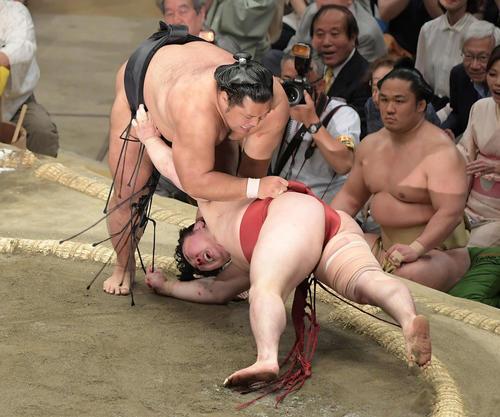 大相撲夏場所千秋楽 松鳳山(上)は上手投げで炎鵬を下す(撮影・加藤諒)
