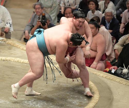 大相撲夏場所千秋楽 阿炎(右)は引き落としで玉鷲を下す(撮影・加藤諒)