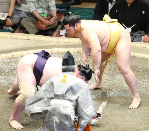 矢後(左)を突き落としで破る遠藤(撮影・河田真司)