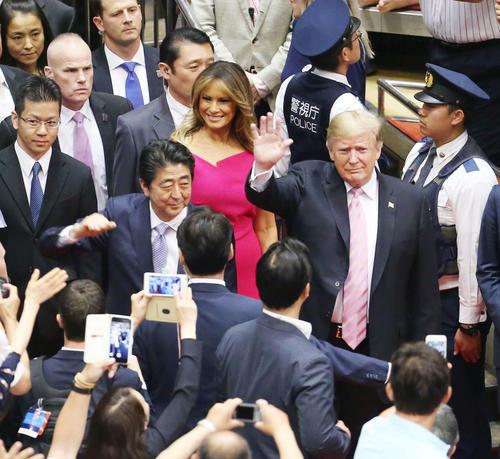 国技館に到着し、観客に手を振り応える安倍首相(左)とドナルド・トランプ米大統領(撮影・河田真司)