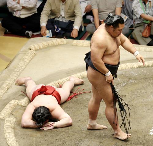 松鳳山(右)に敗れ、しばらくうつぶせになる炎鵬(撮影・河田真司)