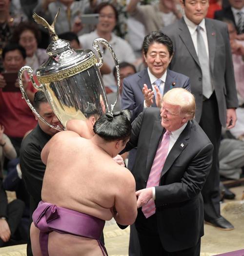 表彰式で朝乃山(左)に「アメリカ合衆国大統領杯」を授与するトランプ大統領と拍手を送る安倍首相(撮影・加藤諒)