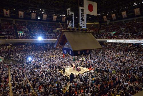 大相撲夏場所千秋楽 表彰式で優勝した朝乃山に「アメリカ合衆国大統領杯」を授与するドナルド・トランプ大統領。後方は拍手を送る安倍晋三首相(撮影・加藤諒)