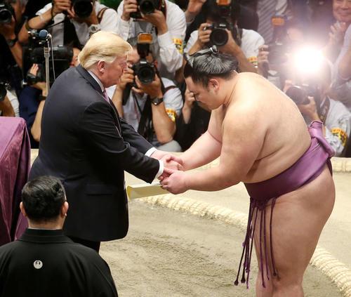 トランプ米大統領(左)と握手を交わす朝乃山(撮影・河田真司)