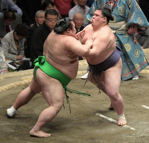大相撲夏場所千秋楽 阿武咲(右)は押し出しで千代丸を下す(撮影・加藤諒)