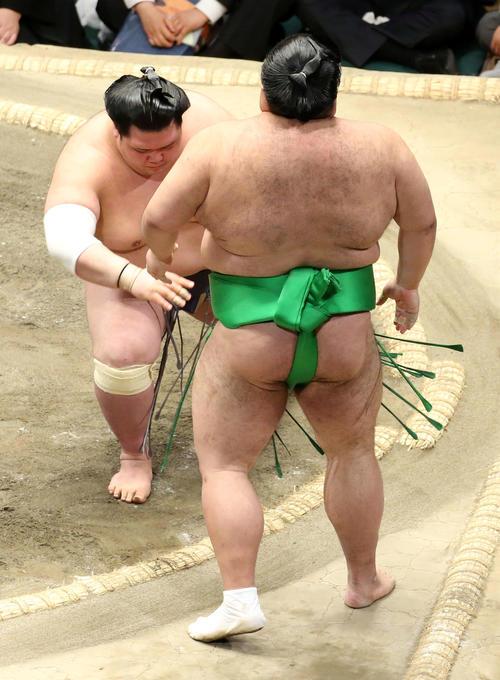 千代丸(右)を押し出しで破る阿武咲(撮影・河田真司)