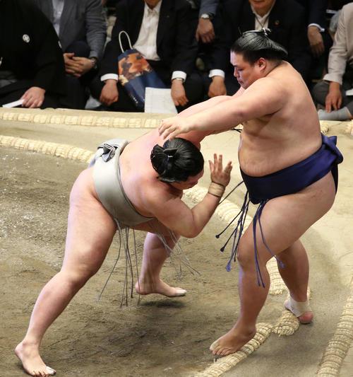 大翔鵬(右)を寄り切りで破る明生(撮影・河田真司)