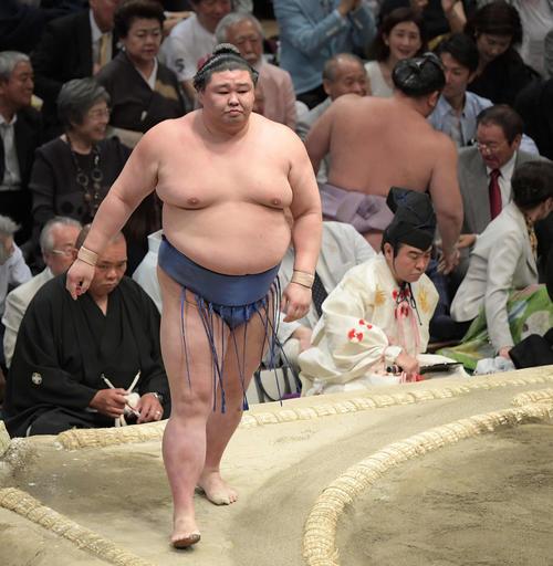大相撲夏場所千秋楽 正代(左)は押し出しで琴恵光を下す(撮影・加藤諒)
