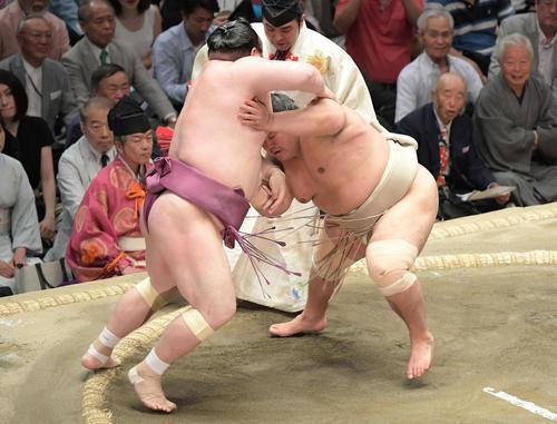 大相撲夏場所千秋楽 志摩ノ海(右)は押し出しで宝富士を下す(撮影・加藤諒)