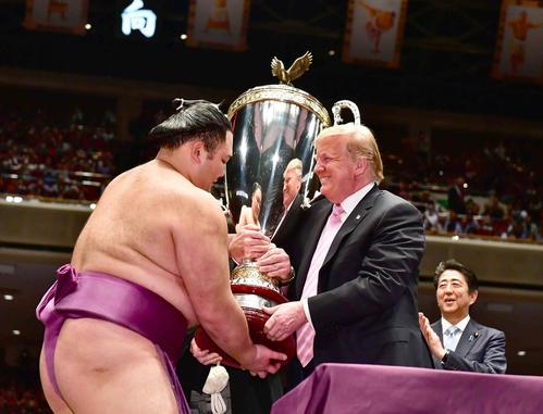 トランプ米大統領(中央)はアメリカ合衆国大統領杯を幕内優勝者の朝乃山(左)に授与する。右は安倍晋三内閣総理大臣(撮影・小沢裕)