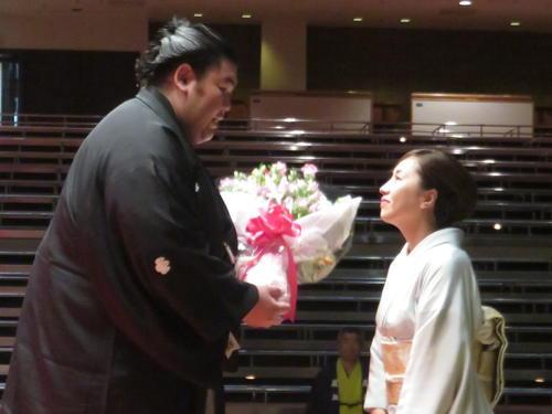 断髪式で秀ノ山親方(左)に花束を贈る亜香利夫人