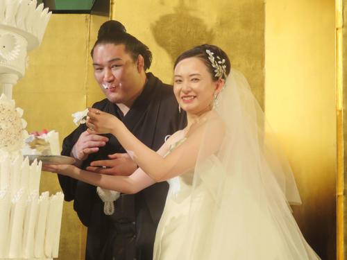 結婚式で麻惟夫人(右)にケーキを食べさせてもらう竜電(撮影・佐藤礼征)