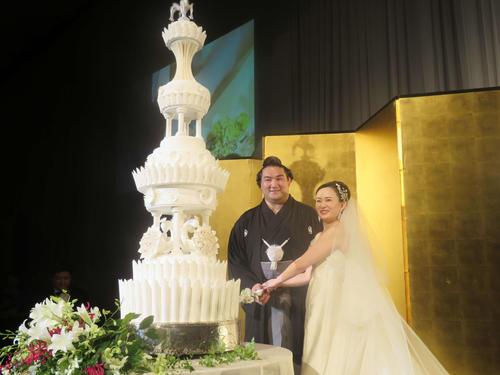 結婚式でケーキ入刀する竜電(左)と麻惟夫人(撮影・佐藤礼征)