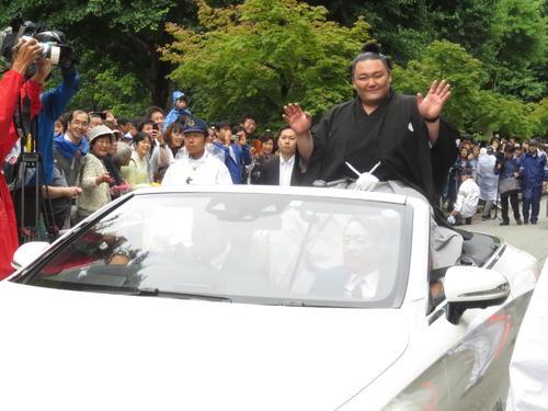 優勝パレードに集まった観衆に手を振って応える朝乃山