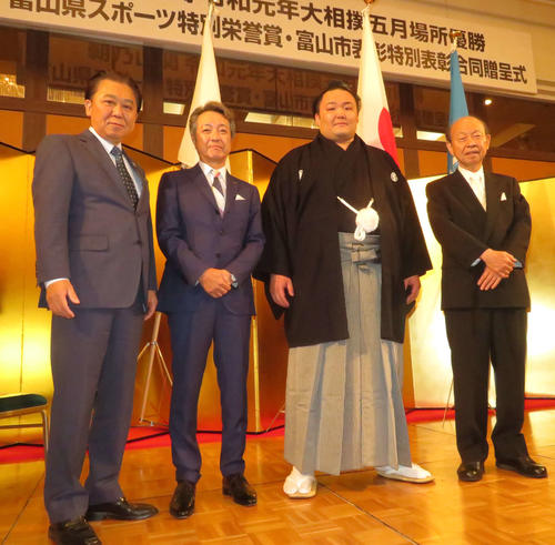 合同贈呈式に参加した左から富山市の森雅志市長、朝乃山富山後援会の奥野博之会長、朝乃山、富山県の石井隆一知事