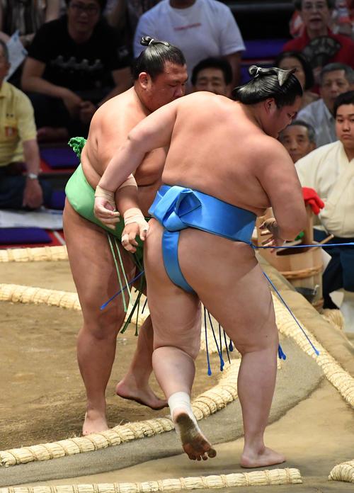 木崎海(左)は琴ノ若を寄り切りで破る(撮影・前岡正明)