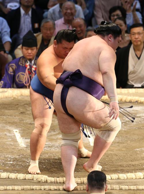 大相撲名古屋場所 矢後(手前)を押し出しで破る照強(奥)(撮影・白石智彦)