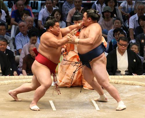大相撲名古屋場所 玉鷲(右)を攻める大栄翔(左)(撮影・白石智彦)