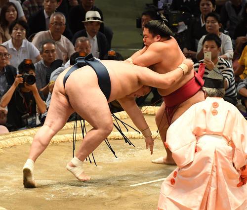 大相撲名古屋場所5日目 大栄翔(右)は玉鷲をはたき込みで破る(撮影・前岡正明)