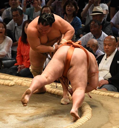 大相撲名古屋場所5日目 北勝富士(左)は御嶽海はたき込みで破る(撮影・前岡正明)