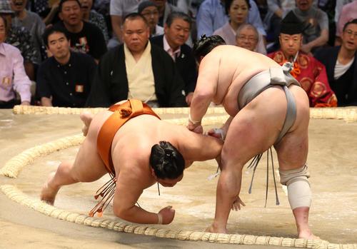 大相撲名古屋場所 御嶽海(左)をはたき込みで破る北勝富士(撮影・白石智彦)
