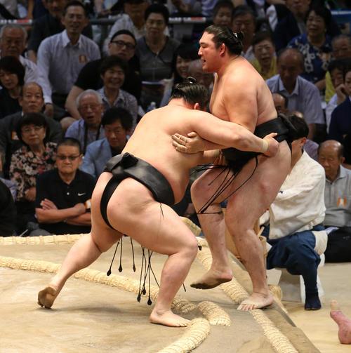 大相撲名古屋場所5日目 豪栄道(右)は竜電を寄り切りで破る(撮影・前岡正明)