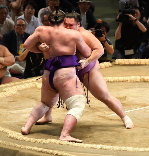 大相撲名古屋場所5日目 朝乃山(右)は栃ノ心を寄り切りで破る(撮影・前岡正明)