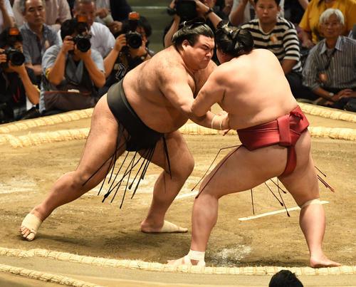 大相撲名古屋場所5日目 高安(左)は阿炎を押し出しで破る(撮影・前岡正明)