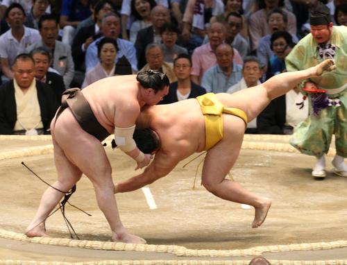 大相撲名古屋場所 遠藤(右)を小手投げで破る白鵬(左)(撮影・白石智彦)