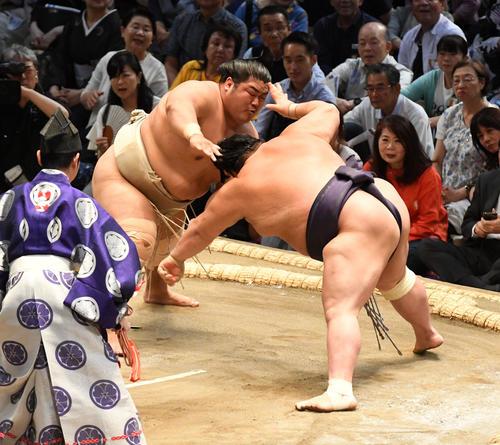 大相撲名古屋場所5日目 志摩の海(左)は阿武咲を引き落としで破る(撮影・前岡正明)