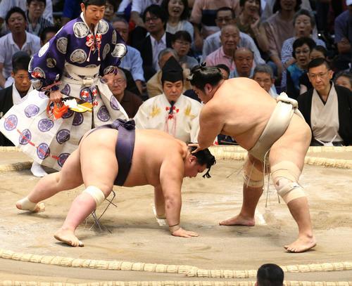 大相撲名古屋場所 阿武咲(左)を引き落としで破る志摩ノ海(右)(撮影・白石智彦)