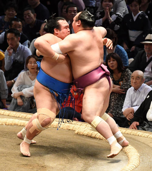 大相撲名古屋場所5日目 宝富士(右)を攻める琴奨菊(撮影・前岡正明)