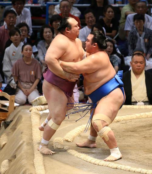 大相撲名古屋場所 宝富士(左)を寄り切りで破る琴奨菊(右)(撮影・白石智彦)