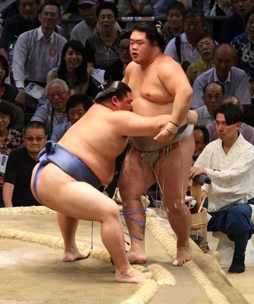 大相撲名古屋場所 明生(右)を寄り切りで破る正代(左)(撮影・白石智彦)