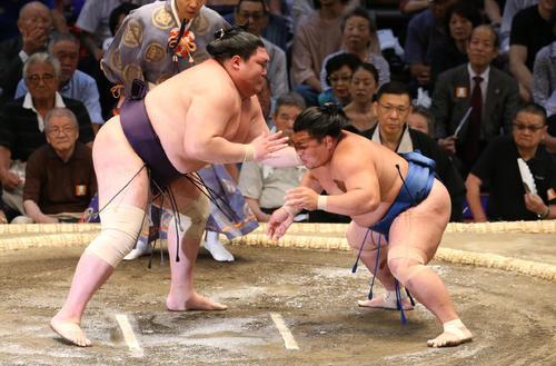大相撲名古屋場所 矢後(左)を攻める照強(撮影・白石智彦)