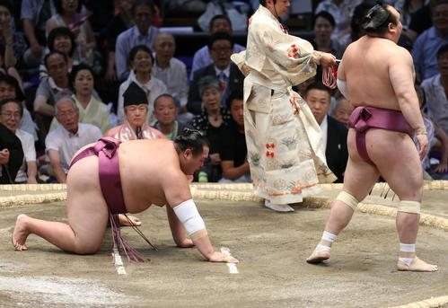 友風(左)を引き落としで破る宝富士(撮影・河田真司)