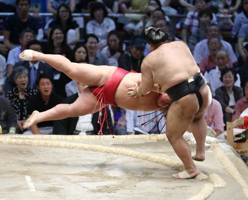 大栄翔(左)をはたき込みで破る高安(撮影・河田真司)