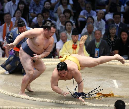 遠藤(右)をはたき込みで下す鶴竜(撮影・河田真司)
