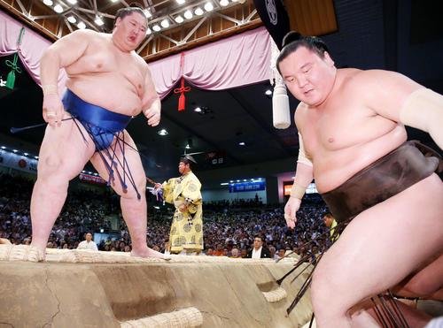 逸ノ城(左)に寄り切りで敗れる白鵬(撮影・河田真司)