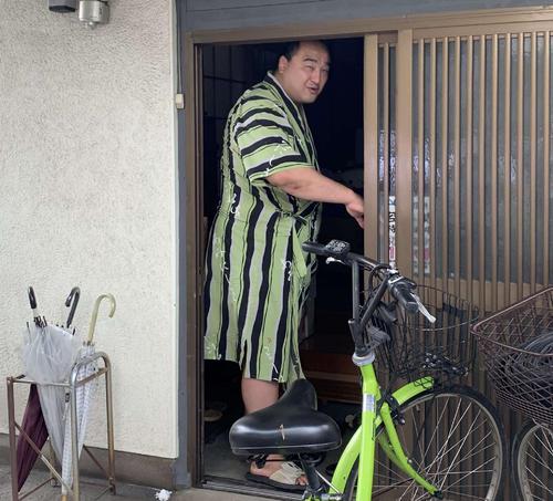 引退を発表後、宿舎に戻る安美錦