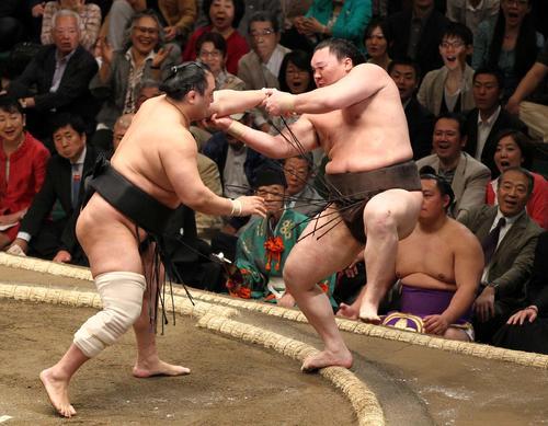バランスを崩した白鵬(右)は安美錦に難なく押し出される(2012年5月6日撮影・神戸崇利)