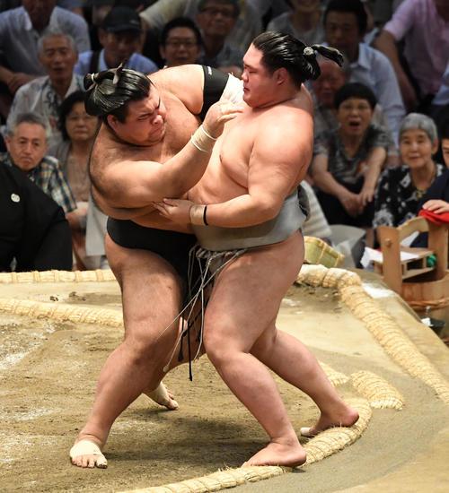 高安(左)は寄り切りで明生に勝利する(撮影・奥田泰也)