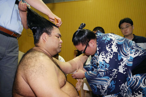 明生との取組後、支度部屋で左肘のケアに取りかかる高安(左)(撮影・河田真司)